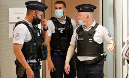 Afghano accoltellato alla gola a Parigi. Aggressore in fuga