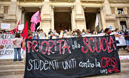 """""""Priorità alla scuola"""", docenti e studenti in piazza a Roma"""