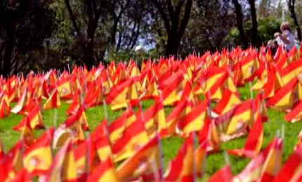 In un parco di Madrid migliaia di bandierine per i morti di Covid