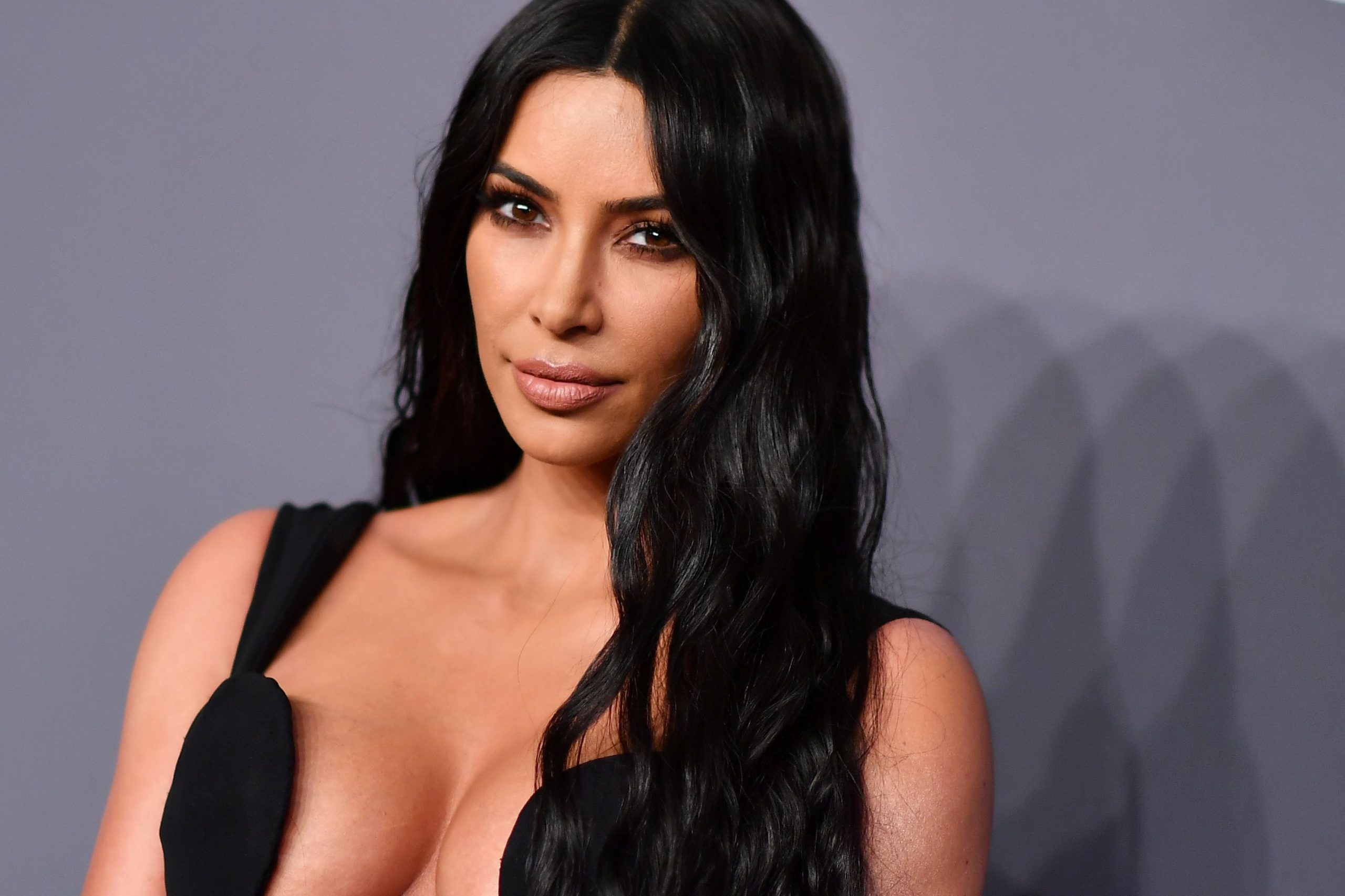 Scoppia la polemica per Kim Kardashian: affitta jet per festa a Tahiti nonostante restrizioni legate alla pandemia