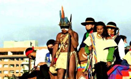 Gli indigeni invadono la capitale Bogotà per parlare col presidente