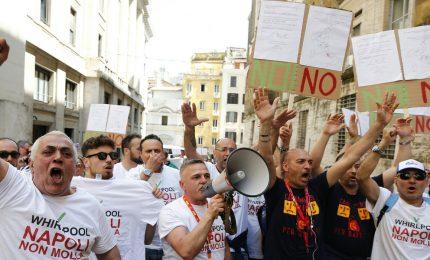 La protesta dei lavoratori Whirlpool a Napoli dopo annuncio chiusura