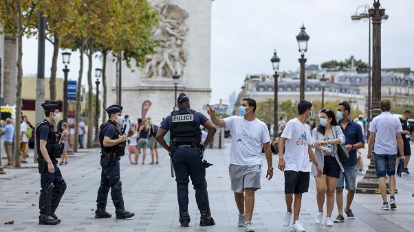 """Coronavirus, in Francia scatta coprifuoco. Più telelavoro, nasce la """"bolla sociale"""""""
