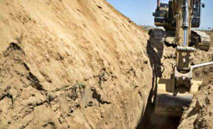 Ruspe al lavoro al confine Gaza-Egitto per costruire il muro