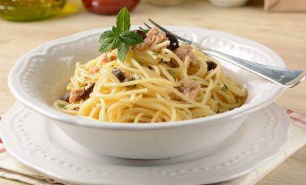 Spaghetti tonno e olive, un primo piatto fresco e semplice