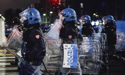 Napoli in rivolta contro l'ordinanza di De Luca: 2 arresti e 2 poliziotti contusi