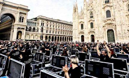 Milano, bauli in piazza: lavoratori dello spettacolo protestano
