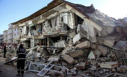 Terremoto nell'Egeo orientale, morti e centinaia di feriti