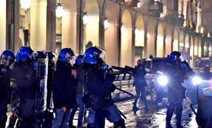In piazza contro il governo, guerriglia in diverse città d'Italia. Alta tensione a Napoli