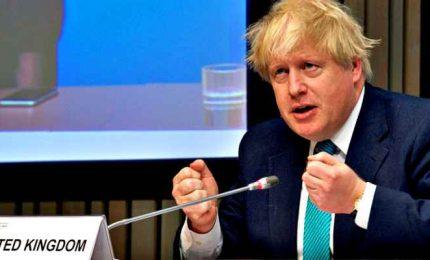 Il microfono di Boris Johnson si spegne, l'ironia dei deputati