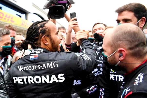 Hamilton rinnova con la Mercedes, correrà fino al 2023