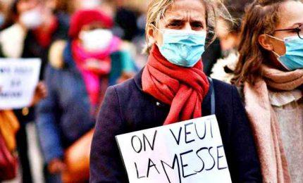 """Francia, cattolici davanti alle chiese: """"Vogliamo andare a messa"""""""