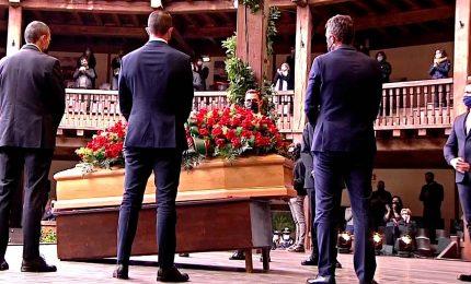 """I funerali di Gigi Proietti, applausi e commozione per il Maestro: """"Grazie, Roma non ti dimenticherà, mai"""""""