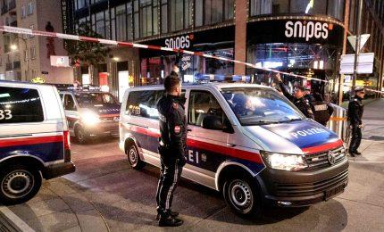Attentato a Vienna, almeno 4 vittime: l'attentatore ucciso era simpatizzante dell'Isis ed era stato arrestato