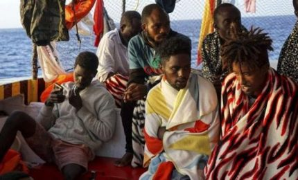 Open Arms davanti a Lampedusa: a bordo 259 persone e 5 cadaveri