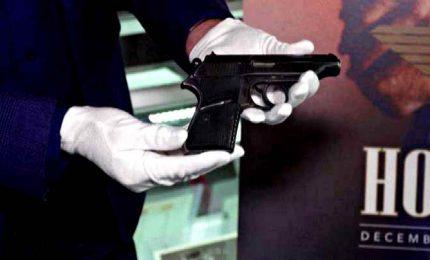 """All'asta la pistola di Sean Connery nel primo James Bond """"Dr. No"""". A Los Angeles, anche l'abito di Beyonce e il casco di Tom Cruise"""