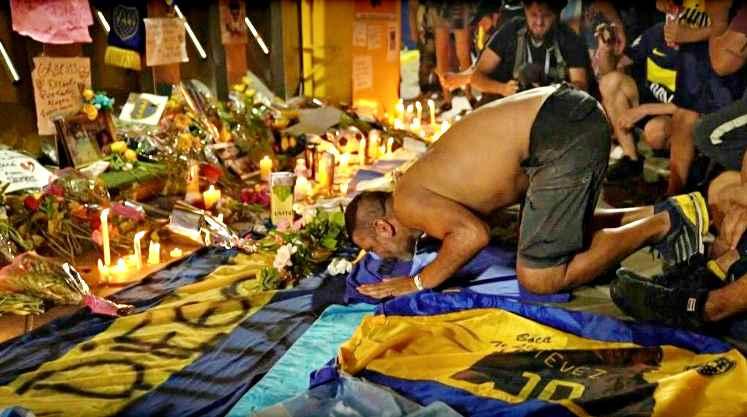 Le spoglie di Maradona al palazzo presidenziale per camera ardente. Fernandez: ci hai portato in cima al mondo