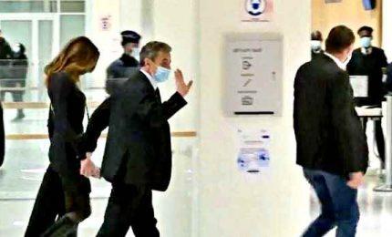 Carla Bruni con mascherina compare in aula al processo a Sarkozy