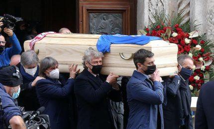 Funerali di Rossi, i ragazzi del 1982 portano il feretro a spalla