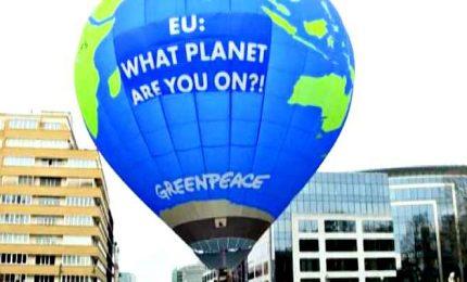 Clima, mongolfiera di Greenpeace vola sul summit Ue