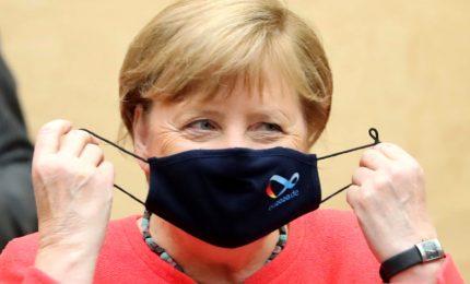 Merkel saluta la sua roccaforte tra i fischi dei contestatori