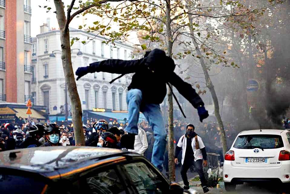 Scontri a Parigi alla manifestazione contro la legge sulla sicurezza: 22 arrestati