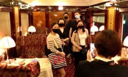 A Singapore tutti in fila per salire sull'Orient Express