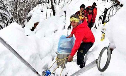 Neve e maltempo, Soccorso Alpino consegna medicine e viveri