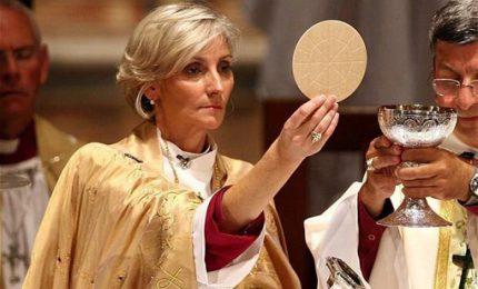 Donne all'altare per dare comunione, Papa cambia diritto canonico