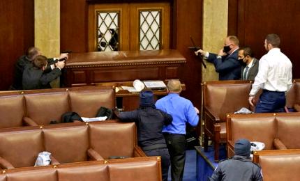 Usa, assaltano al Congresso. Video della polizia che lascia passare gli assalitori
