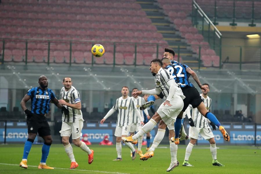 Inter-Juventus 2-0, Conte aggancia il Milan in vetta