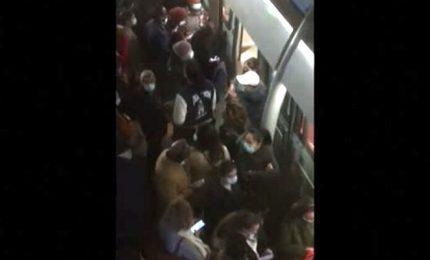 Covid, a Parigi guasto alla metro: tutti accalcati in stazione