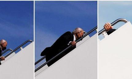 Biden scivola per tre volte sulle scalette dell'Air Force One