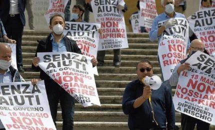 Altra stretta anti Covid e riparte la protesta. L'Italia stremata batte cassa