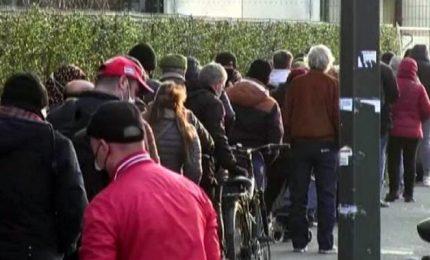 """Milano, la lunga fila per il cibo dei """"nuovi poveri"""" per il Covid"""