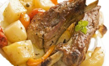 Agnello al forno con patate, la bontà della carne