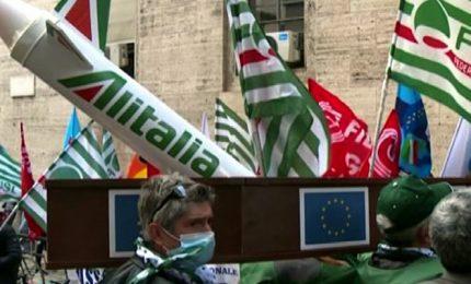 Lavoratori trasporto aereo in piazza, portano la bara di Alitalia
