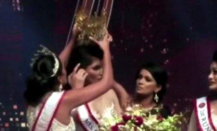 Colpo di scena a Mrs Sri Lanka: ex reginetta ferisce vincitrice