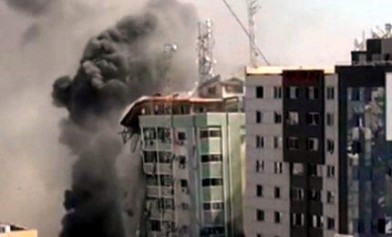 Raid israeliani abbattono torre che ospita al Jazeera