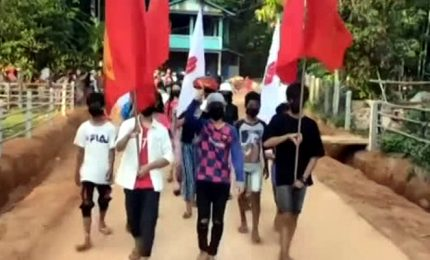 Manifestanti anti-giunta in Myanmar sventolano bandiera degli Usa