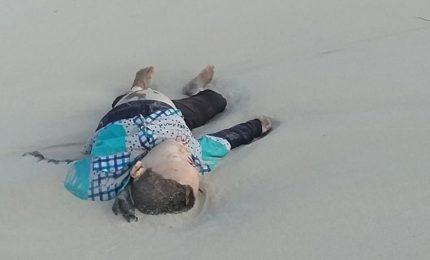Migranti, i corpi dei bambini abbandonati su una spiaggia libica
