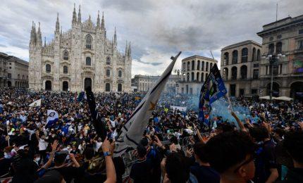 Scudetto all'Inter, a Milano migliaia di tifosi in piazza Duomo