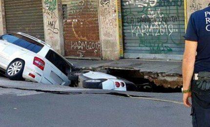 Roma, maxivoragine di 12 metri a Torpignattara: auto inghiottite