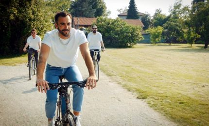 Marco Mengoni in bicicletta per lanciare il suo live negli stadi