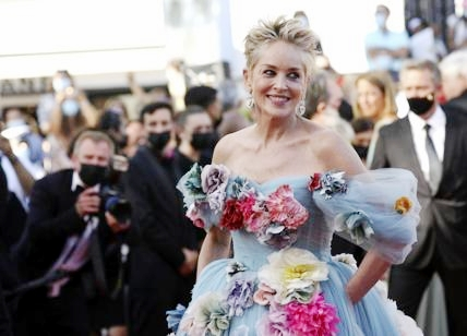 A Cannes incanta Sharon Stone: look sbarazzino e piena di fiori