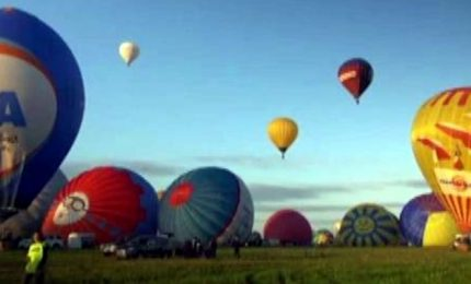 Francia, spettacolo in cielo all'alba con oltre 300 mongolfiere
