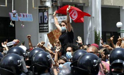 Tunisia, presidente licenzia premier: Parlamento fermo per 30 giorni