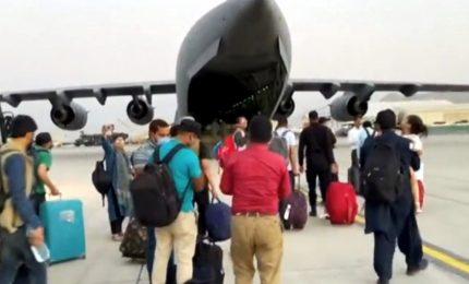 """Kabul, ripresi i voli evacuazioni, i talebani negoziano per nuovo governo """"inclusivo"""""""