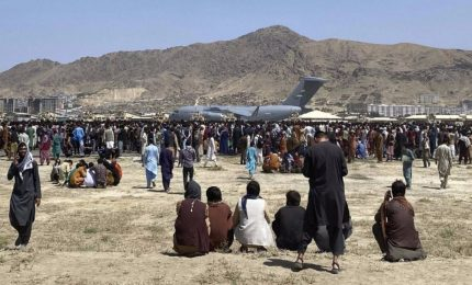 I talebani avvertono: solo stranieri possono lasciare l'Afghanistan