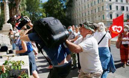 Vaccini, politica condanna le aggressioni medici e giornalisti dei No Green Pass